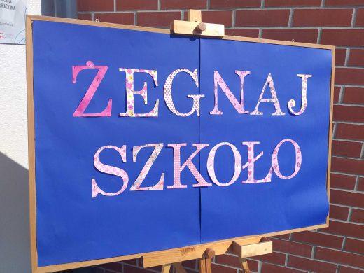 Niebieska tablica z napisem żegnaj szkoło