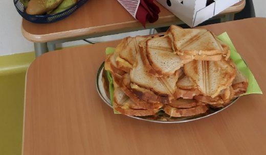Zdjęcie stolika na którym stoi talerz z tostami.