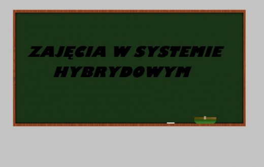 """Grafika przedstawia tablicę szkolną z napisem """"ZAJĘCIA W SYSTEMIE HYBRYDOWYM""""."""