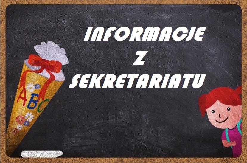"""Grafika przedstawia szkolną tablicę umieszczoną w korkowej ramie. Na tablicy widnieje napis :""""INFORMACJE Z SEKRETARIATU"""". Po lewej stronie napisa znajduje sie kolorowa tubka w kształcie stożka zakończona czerwoną kokardą i z narysowanymi literkami ABC obok której leży biała kreda, a po prawej zza ramki wychyla się dziewczynka z plecakiem."""