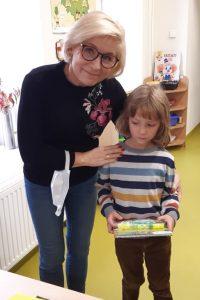 Pani Dyrektor pozuje do zdjęcia z uczniem trzymającym swoją nagrodę.