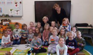 Dzieci z oddziału przedszkolnego wraz z wychowawczynią oraz Panią Dyrektor pozują do zdjęcia grupowego.