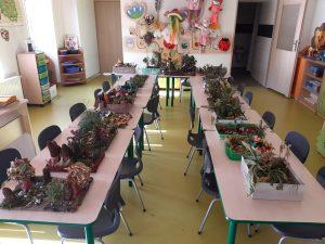 Na stołach ustawionych w kształcie litery u umieszczono konkursowe prace uczniów.