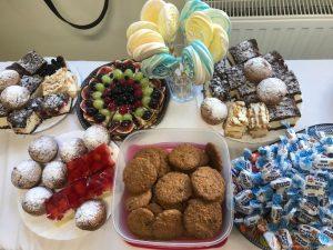 Zdjęcie słodyczy przygotowanych dla uczniów klasy pierwszej z okazji ich pasowania - cukierków, ciastek i ciast.