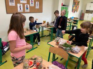 Uczniowie klasy pierwszej podczas wykonywania prac plastycznej w swojej sali.